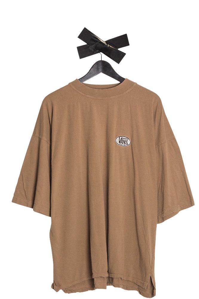 vans-embroidered-logo-t-shirt-hellbraun-01