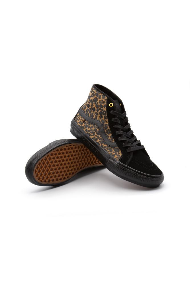 vans-sk8-hi-decon-skate-shoe-cher-strawberry-cheetah-01